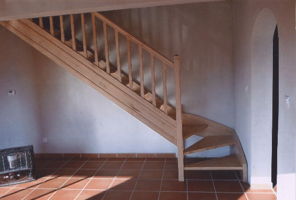 Escalier et rampe en ch&acirc;taignier massif <br />