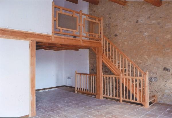 Mazzanine en pin douglas avec parquet flottant<br /> Escalier et rampe en pin sylvestre<br /> Garde-corps en pin sylvestre et verre arm&eacute; (pour la s&eacute;curit&eacute;)