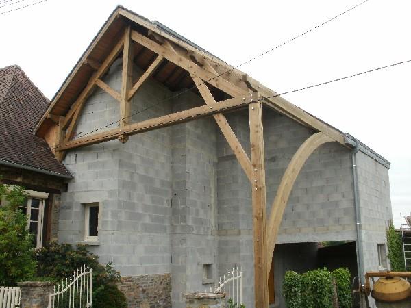 Extension d&#039;une maison d&#039;habitation.<br /> Couverture en tuile P&eacute;rigord.<br /> Charpente traditionnelle en douglas autoclave.