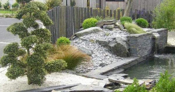 Un bassin et une ambiance Zen réalisé à Lamballe; Lames d'eau, ruisseau, brumisateur, arbre nuage, buis boule, paillage en ardoise, schiste tout est conçu pour la détente, le relâchement, le voyage intérieur, la plénitude. Paysagiste Lamballe