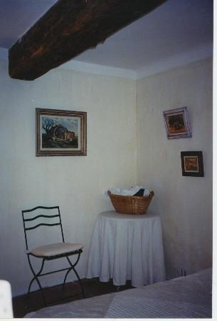 Peinture d'une chambre, esprit campagne chic. Murs patine à la chaux. Chez un particulier à Avignon.