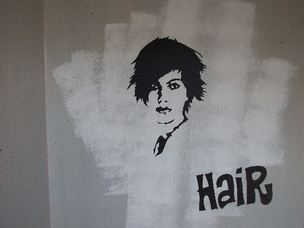 Mur d'entrée d'un salon de coiffure trompe-l'oeil esprit graff.