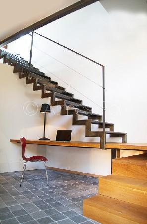 Escalier métal et bois quart tournant à crémaillère avec bureau intégré.
