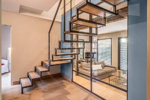 Escalier suspendu métal et bois. Verrière.