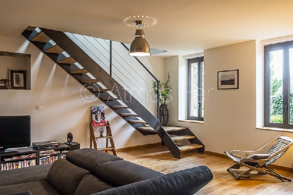 Escalier métal et bois, quart tournant avec palier intermédiaire. Limons latéraux.