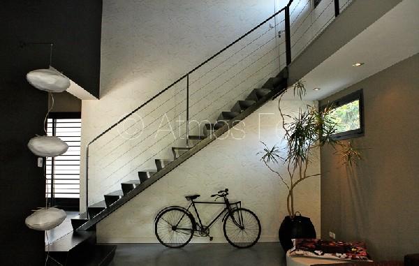 Escalier métal plié.
