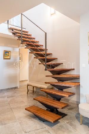 Escalier métal et bois, limon central débillardé.