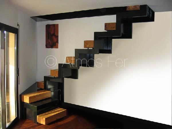 Escalier japonais métal et bois.