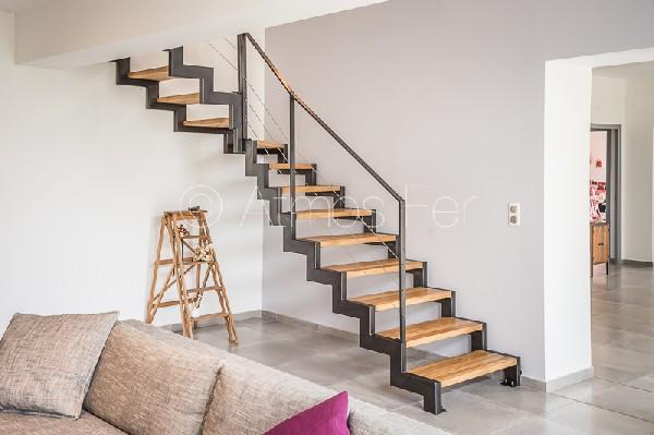Escalier métal et bois limons latéraux à crémaillère.