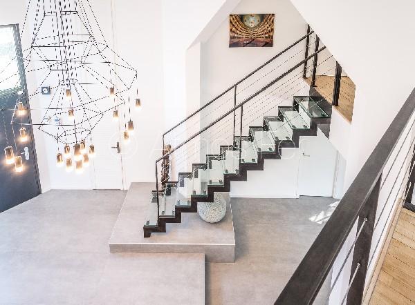 Escalier à crémaillère métal et verre.