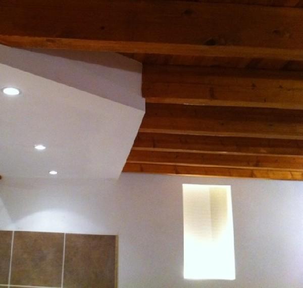 Exemple de niche dans la pierre pour le coté cosy, et plafond sur plusieurs niveaux qui sépare coin cuisine et bel espace de vie