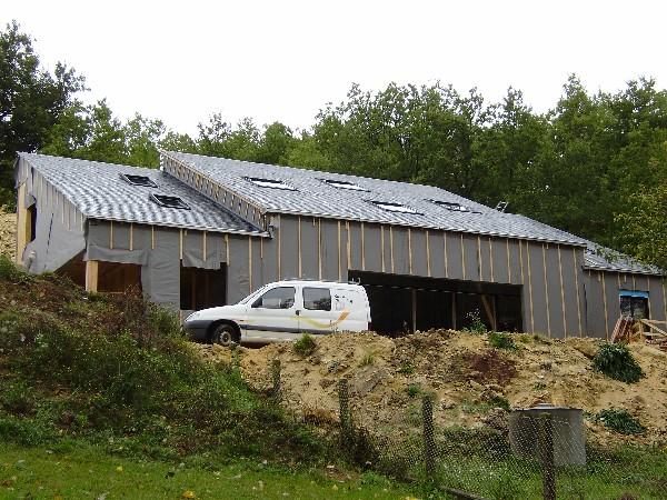 Réalisation d'une couverture en ardoise naturel avec pose de fenêtre de toit en pose encastrée<br />