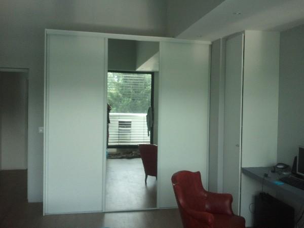 Dressing Chambre.<br /> Portes Coulissantes 3 Vantaux Acier.<br /> 2V blancs Premium + 1 Miroir Argent.