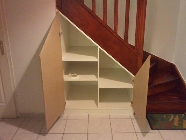 Am&eacute;nagement sous escalier.<br /> Portes battantes &agrave; charni&egrave;res invisibles.<br /> Etag&egrave;res Amovibles (pas de 32)