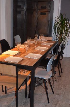 Table &agrave; manger moderne en ch&ecirc;ne et acier. structure m&eacute;tallique tubulaire trait&eacute;e en gris anthracite associ&eacute;e &agrave; un plateau en ch&ecirc;ne massif recycl&eacute;. Id&eacute;ale pour 8 personnes, r&eacute;alisation possible sur-mesure.<br /> hewel-mobilier.com