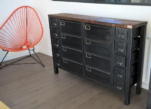 Enfilade industrielle bois et métal réalisée sur-mesure à partir d'une ancienne colonne à clapets et de tiroirs métalliques. hewel-mobilier.com