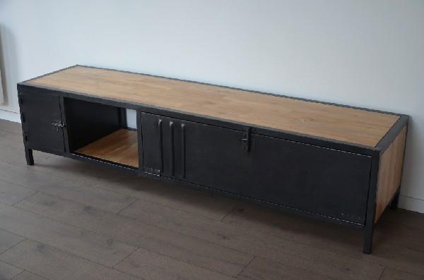 Meuble TV sur-mesure en bois et métal. Son esprit moderne intègre des touches d'industriel avec sa porte provenant d'un ancien vestiaire d'atelier et sa finition canon de fusil. hewel-mobilier.com