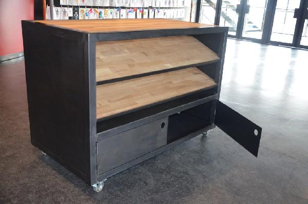 Ilôt de rangement sur-mesure en bois et métal. Idéal en meuble de cuisine, il dispose de roulettes et peut également sevir de plan de travail. hewel-mobilier.com