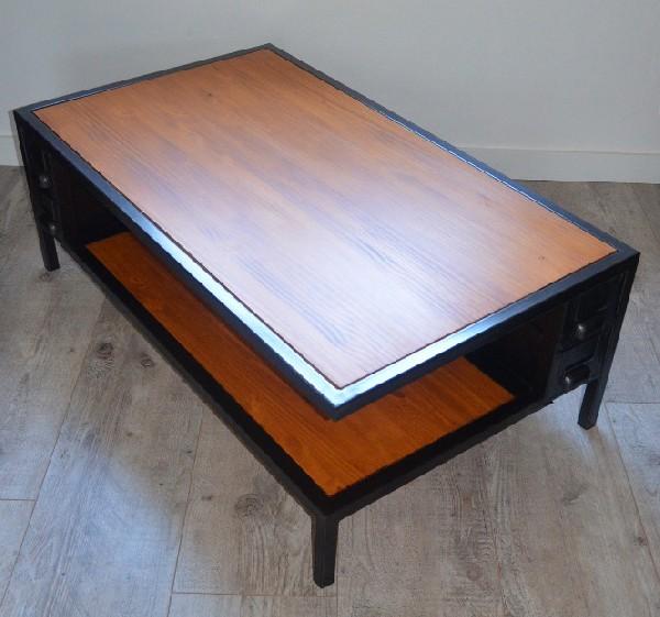 Table basse au design moderne en bois et métal. Réalisée sur-mesure, elle intègre d'ancien tiroirs d'usine. hewel-mobilier.com