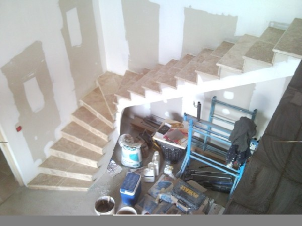 réalisation d'un escalier en travertins de pierre