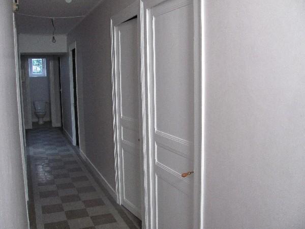 Couloir en peinture plafonds, murs et boiseries après travaux