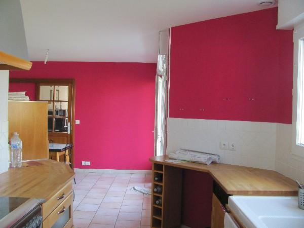 Cuisine, plafond en peinture et mur en papiers-peints
