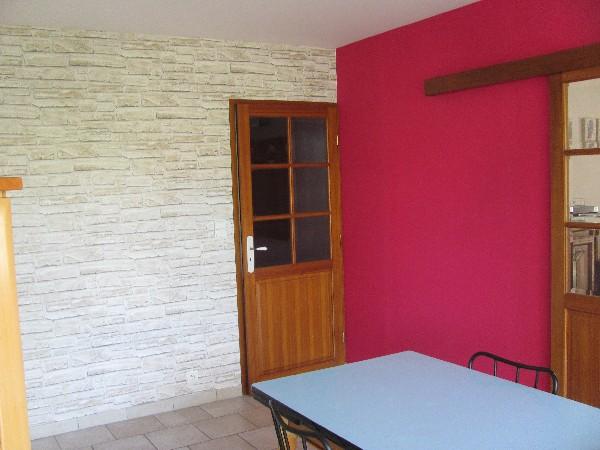 Séjour, murs en papiers-peints imitation briques et plafond en peinture