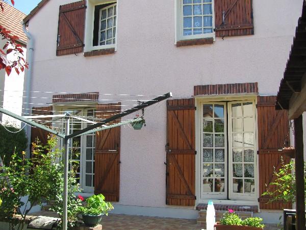 volets en lasure, ferrures en noir et fenêtres en peinture (arrière de la maison)