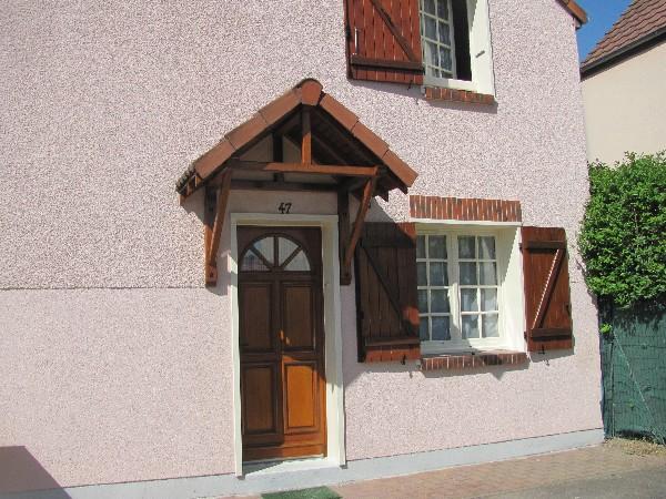 volets en lasure, ferrures en noir et fenêtres en peinture (avant de la maison)