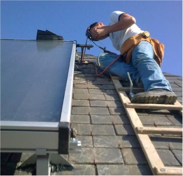 Energie solaire :<br /> Panneau solaire thermique<br /> Surface d&#039;absorption 2m&sup2;<br /> Pos&eacute; sur toiture ardoise<br /> Reli&eacute; &agrave; un ballon de 200L