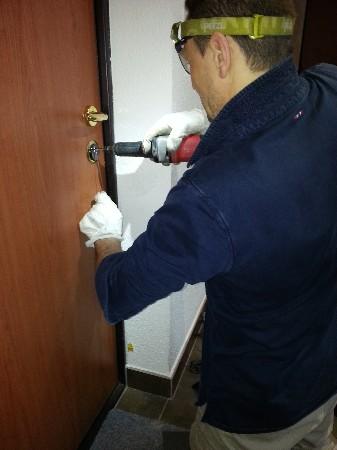Intervention sur un cylindre pour une ouverture de porte.