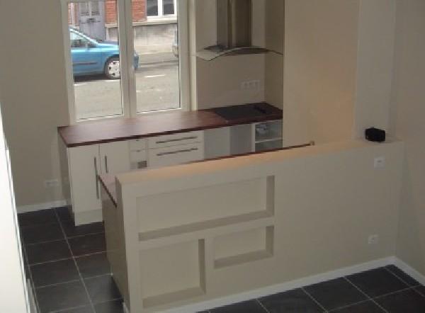 Création d'une petite cuisine dans une maison réaménagée en plusieurs appartements.