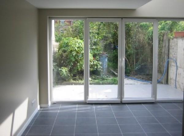 Construction d'une extension avec pose d'une baie vitrée et création d'une verrière dans une maison style 1930.