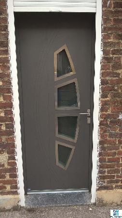 Fourniture et pose d'une porte d'entrée gris sablé