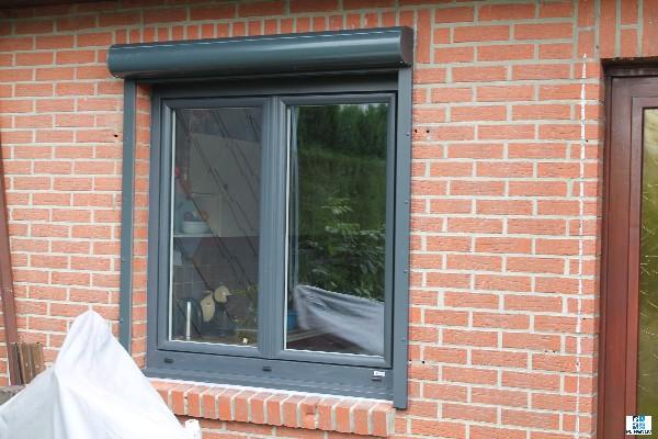 Fourniture et pose d'une fenêtre gris anthracite avec son volet