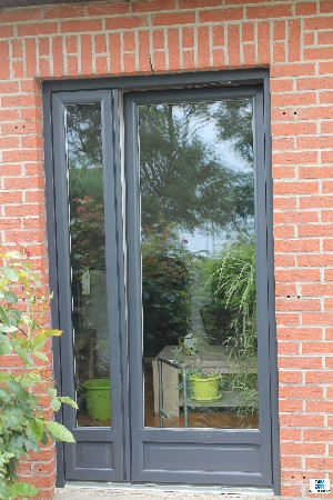 Fourniture et pose d'une porte-fenêtre (sans poignée extérieur) gris anthracite