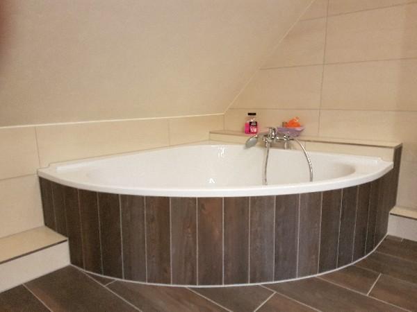 Encastrement de baignoire avec carrelage imitation parquet