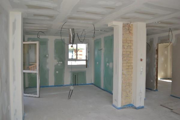 Travaux de rénovation, d'aménagement et d'amélioration du bâtiment. Plâtrerie, isolation, travaux de finitions.