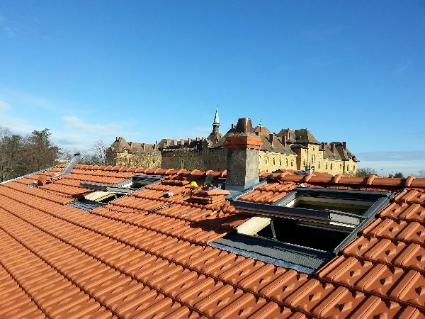Couverture d'une toiture en tuile avec fenêtre de toit.