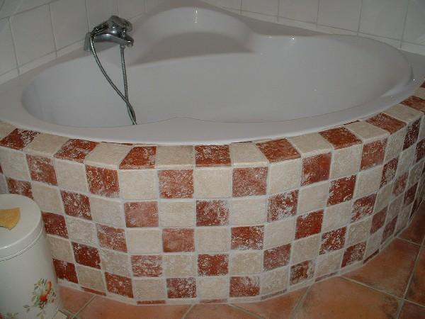 création d'un tablier de baignoire en travertin de forme octogonale