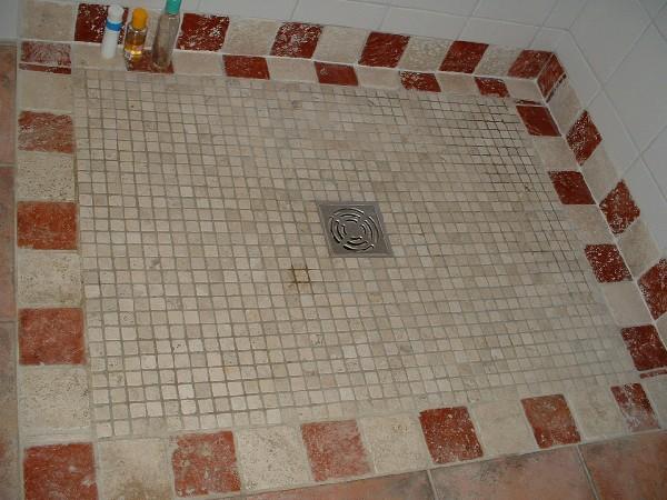 sol d'une douche a l'italienne en mosaïque