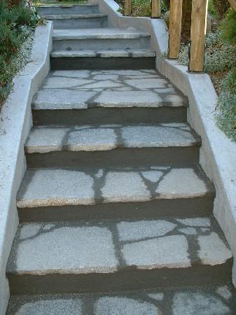 pose de pierres naturelles en escaliers exterieur avec les nez de marches sortant