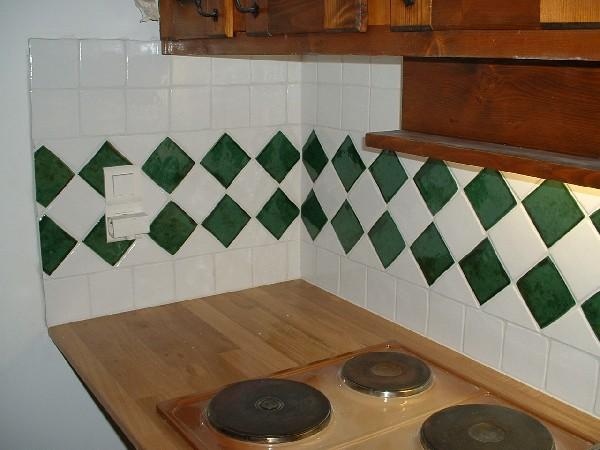 crédence de cuisine classique avec 2 frises de pose diagonales