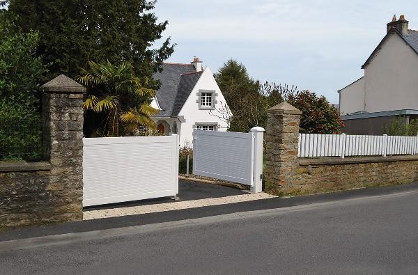 Mantes-la-Jolie (78) : Installation d'un portail télécommandé et d'une clôture blanche.