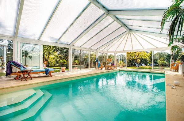 Ce type de véranda permet d'abriter une piscine privée.