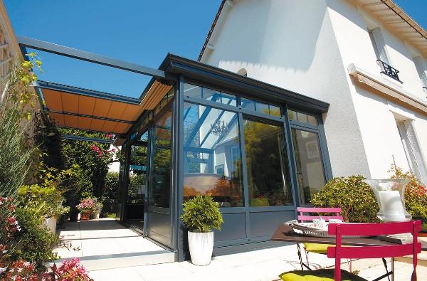 Grâce à une véranda, il est possible d'agrandir la maison et de profiter de l'extérieur une plus grande partie de l'année.