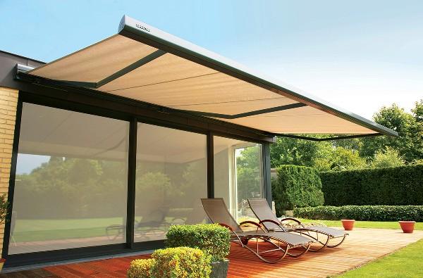 Les stores extérieurs protègent la terrasse du soleil lorsque celui-ci est au plus haut.