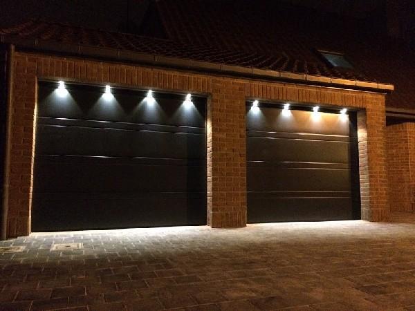 Votre porte de garage sur mesure avec portillon, hublot en option, motorisation et éclairage.