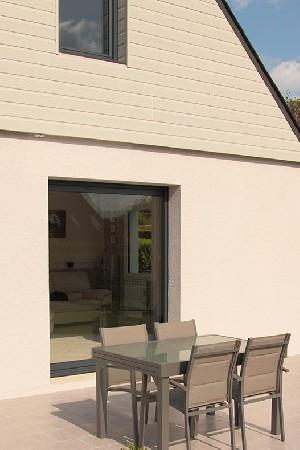 Dans le Vexin, profitez de l'été et laissez entrer la lumière grâce à ce type d'ouverture vitrée, fixe ou de type baie coulissante.