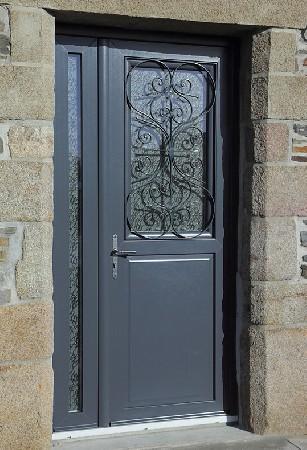 Ces porte d'entrée massive sécurisé le logement qu'elle équipe et bénéficie de décoration en fer forgé pour un style unique.